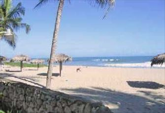 Beachfront 1 Bedroom Vacation Rental Condo -  15 Secs to a Tranquil Beach