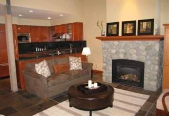 5 Star Modern Townhouse with Beautiful Kitchen, Private Hot Tub and Mtn View.