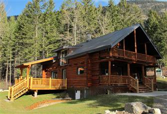 Cosy Log Cabin on Tranquil 4 Acre Lot with Gorgeous Views of the Mountains