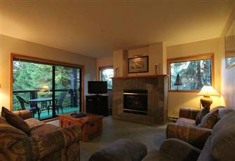 Cozy 2-Bedroom Slopeside Condo with Kitchen and Fireplace