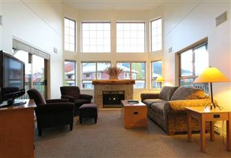 Spacious Mountain View Unit with Vaulted Ceilings