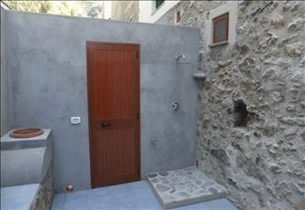 Airconditioned Luxury Apartment with an Outdoor Courtyard and External Shower