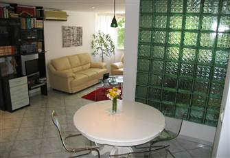 Split Bright 2 Bedroom Q Apartment