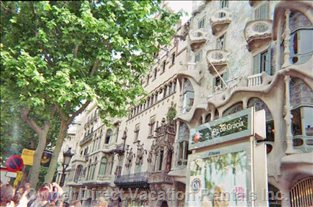 Paseo DE Gracia, Gaudi and other Attractions Are Close.
