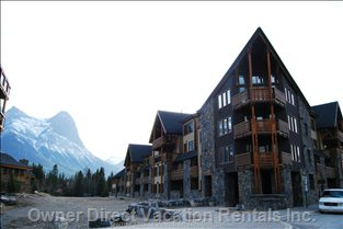 Rundle Cliffs Luxury Lodge - Rundle Cliffs Luxury Lodge with Ha Ling's Peak in the Background