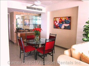 Comfy 4 Seat Dining Room Area. Great for Breakfast!